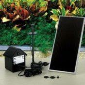 Der komplette Lieferumfang der Poweraccu Solar-Springbrunnenpumpe - Solarpanel, Akku (mit kleinem Häuschen), Düsenset und die Pumpe