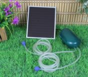 Die Solar-Sauerstoffpumpe - der komplette Lieferumfang ist zu sehen - Solarpanel, Pumpe, Schläuche und Auströmmedien (jeweils 2 mal)